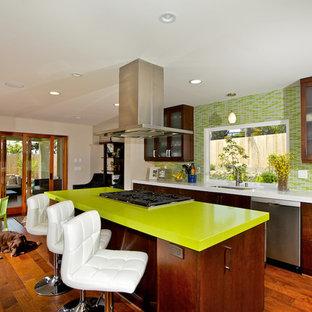 サンディエゴのコンテンポラリースタイルのおしゃれなダイニングキッチン (ガラス扉のキャビネット、ボーダータイルのキッチンパネル、濃色木目調キャビネット、緑のキッチンパネル、緑のキッチンカウンター) の写真