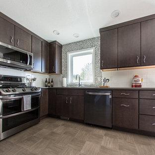 シアトルの中サイズのコンテンポラリースタイルのおしゃれなキッチン (シングルシンク、フラットパネル扉のキャビネット、濃色木目調キャビネット、クオーツストーンカウンター、白いキッチンパネル、セラミックタイルのキッチンパネル、シルバーの調理設備の、クッションフロア、アイランドなし) の写真