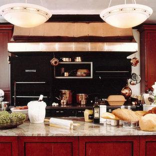 ニューヨークの巨大なトラディショナルスタイルのおしゃれなキッチン (ドロップインシンク、レイズドパネル扉のキャビネット、中間色木目調キャビネット、御影石カウンター、黒いキッチンパネル、メタルタイルのキッチンパネル、パネルと同色の調理設備、大理石の床) の写真