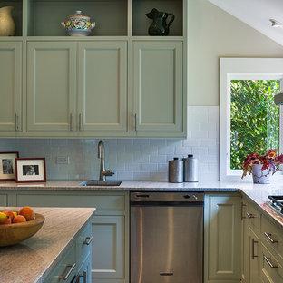 Exempel på ett litet lantligt kök, med luckor med profilerade fronter, gröna skåp, en köksö, en undermonterad diskho, marmorbänkskiva, vitt stänkskydd, stänkskydd i tunnelbanekakel, rostfria vitvaror och travertin golv