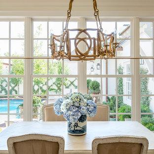 ダラスの大きいエクレクティックスタイルのおしゃれなキッチン (アンダーカウンターシンク、シェーカースタイル扉のキャビネット、白いキャビネット、大理石カウンター、白いキッチンパネル、石スラブのキッチンパネル、パネルと同色の調理設備、無垢フローリング、茶色い床) の写真