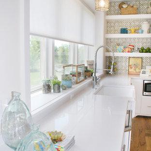 Пример оригинального дизайна: кухня в стиле фьюжн с раковиной в стиле кантри и белыми фасадами