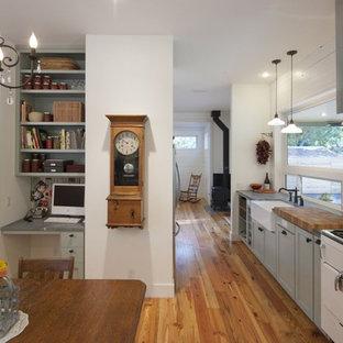Foto di una cucina country con ante con riquadro incassato, ante grigie, paraspruzzi a effetto metallico, paraspruzzi con piastrelle di metallo e elettrodomestici bianchi