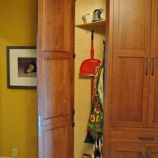 他の地域の広いおしゃれなキッチン (アンダーカウンターシンク、シェーカースタイル扉のキャビネット、中間色木目調キャビネット、ソープストーンカウンター、白いキッチンパネル、セラミックタイルのキッチンパネル、シルバーの調理設備、リノリウムの床) の写真