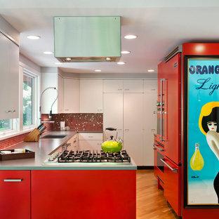 Zweizeilige, Mittelgroße Moderne Wohnküche mit Unterbauwaschbecken, flächenbündigen Schrankfronten, roten Schränken, Quarzwerkstein-Arbeitsplatte, bunter Rückwand, Rückwand aus Mosaikfliesen, bunten Elektrogeräten, braunem Holzboden und Halbinsel in Minneapolis