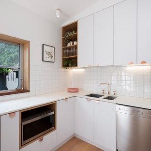 Kleine Nordische Küche mit weißen Schränken, Arbeitsplatte aus Terrazzo, Küchenrückwand in Weiß, Rückwand aus Keramikfliesen, hellem Holzboden und weißer Arbeitsplatte in Melbourne
