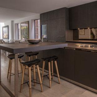 Offene, Einzeilige, Mittelgroße Moderne Küche mit flächenbündigen Schrankfronten, braunen Schränken, Küchenrückwand in Metallic, Rückwand aus Spiegelfliesen, Küchengeräten aus Edelstahl, Kücheninsel und grauem Boden in London