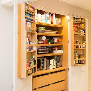 Idéer för ett mellanstort modernt brun kök, med en rustik diskho, skåp i shakerstil, grå skåp, träbänkskiva, grått stänkskydd, glaspanel som stänkskydd, svarta vitvaror, klinkergolv i keramik, en köksö och beiget golv