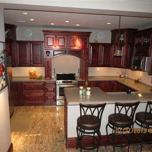 他の地域の広いヴィクトリアン調のおしゃれなキッチン (ドロップインシンク、レイズドパネル扉のキャビネット、濃色木目調キャビネット、クオーツストーンカウンター、白いキッチンパネル、シルバーの調理設備、大理石の床) の写真