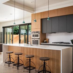 Idee per una cucina contemporanea di medie dimensioni con lavello sottopiano, ante lisce, ante in legno scuro, top in quarzo composito, paraspruzzi bianco, paraspruzzi in lastra di pietra, elettrodomestici in acciaio inossidabile, pavimento in cemento, isola e pavimento grigio