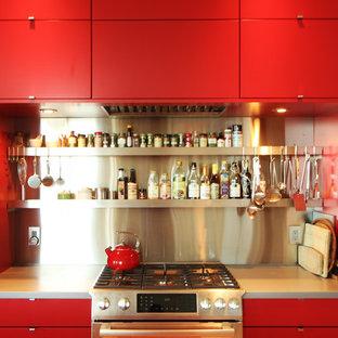 Bild på ett litet funkis kök med öppen planlösning, med en undermonterad diskho, släta luckor, röda skåp, bänkskiva i koppar, stänkskydd i metallkakel, rostfria vitvaror, mellanmörkt trägolv och en köksö
