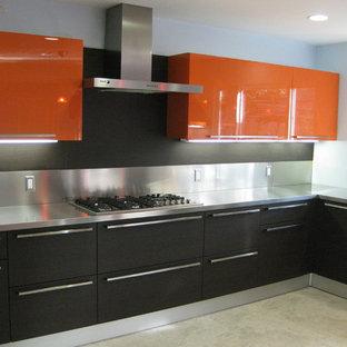 Esempio di una cucina minimal con lavello integrato, ante lisce, ante arancioni, top in acciaio inossidabile, paraspruzzi marrone, paraspruzzi con piastrelle di metallo, elettrodomestici in acciaio inossidabile e pavimento in gres porcellanato