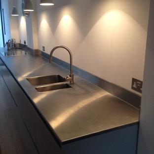 Einzeilige, Große Moderne Küche mit Edelstahl-Arbeitsplatte in Sonstige