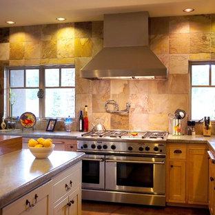 Esempio di una cucina boho chic con elettrodomestici in acciaio inossidabile, top in cemento, paraspruzzi marrone, ante in legno scuro, isola e paraspruzzi in ardesia