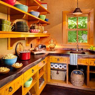 Réalisation d'une arrière-cuisine chalet avec un évier 1 bac, un placard sans porte, des portes de placard en bois brun, un plan de travail en bois, un sol en bois foncé et un sol marron.