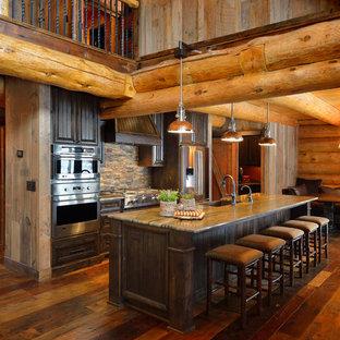 Idéer för ett rustikt kök, med skåp i mörkt trä, flerfärgad stänkskydd, rostfria vitvaror och brunt golv
