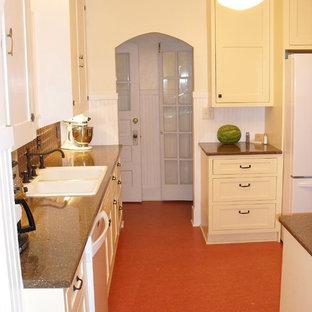 Foto på ett avskilt, mellanstort vintage kök, med gula skåp, vita vitvaror, en nedsänkt diskho, luckor med infälld panel, stänkskydd med metallisk yta och stänkskydd i metallkakel