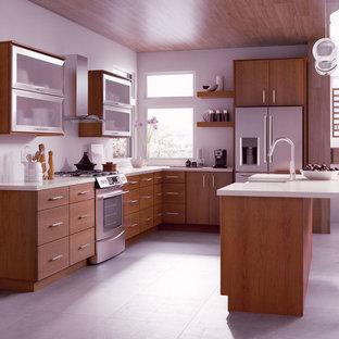 Offene, Mittelgroße Moderne Küche in L-Form mit flächenbündigen Schrankfronten, hellbraunen Holzschränken, Küchengeräten aus Edelstahl, Kücheninsel und grauem Boden in Sonstige