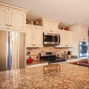 ボストンの中くらいのトランジショナルスタイルのおしゃれなキッチン (ダブルシンク、レイズドパネル扉のキャビネット、ヴィンテージ仕上げキャビネット、御影石カウンター、ベージュキッチンパネル、レンガのキッチンパネル、シルバーの調理設備、セラミックタイルの床、ベージュの床) の写真