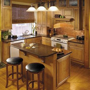 Ispirazione per una piccola cucina tradizionale con lavello sottopiano, ante con bugna sagomata, ante in legno scuro, paraspruzzi a effetto metallico, paraspruzzi con piastrelle di metallo, elettrodomestici bianchi, parquet chiaro, isola e pavimento marrone