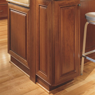 Offene, Große Klassische Küche in U-Form mit profilierten Schrankfronten, hellbraunen Holzschränken, hellem Holzboden, Küchengeräten aus Edelstahl und Halbinsel in Sonstige