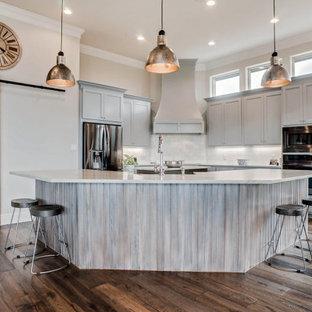ダラスの広いカントリー風おしゃれなキッチン (エプロンフロントシンク、シェーカースタイル扉のキャビネット、グレーのキャビネット、グレーのキッチンパネル、シルバーの調理設備、無垢フローリング、緑の床、白いキッチンカウンター) の写真