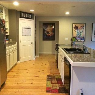 Foto på ett mellanstort amerikanskt skafferi, med en dubbel diskho, luckor med infälld panel, vita skåp, kaklad bänkskiva, flerfärgad stänkskydd, stänkskydd i stenkakel, rostfria vitvaror, ljust trägolv och en köksö