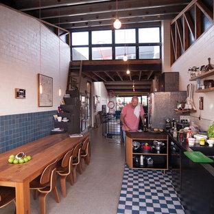 Esempio di una cucina eclettica di medie dimensioni con lavello a doppia vasca, paraspruzzi bianco, paraspruzzi in gres porcellanato, nessun'anta e ante in legno scuro
