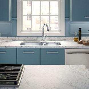 ミルウォーキーの中くらいのトラディショナルスタイルのおしゃれなキッチン (ダブルシンク、青いキャビネット、大理石カウンター、青いキッチンパネル、シルバーの調理設備) の写真