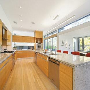 Inspiration pour une cuisine design avec une crédence en mosaïque, un électroménager en acier inoxydable, un évier 3 bacs, un placard à porte plane, des portes de placard en bois brun et une crédence multicolore.