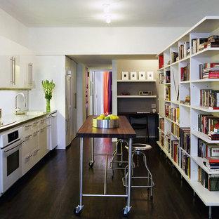 Cette photo montre une cuisine linéaire moderne avec un électroménager blanc.