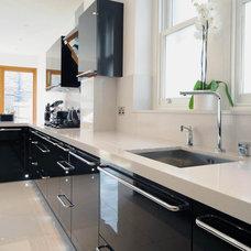Modern Kitchen by Ebstone