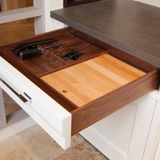 Idéer för små vintage kök, med luckor med infälld panel, vita skåp, bänkskiva i kvarts, beige stänkskydd, stänkskydd i stenkakel och marmorgolv