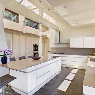 Große Moderne Wohnküche in U-Form mit Waschbecken, flächenbündigen Schrankfronten, Quarzwerkstein-Arbeitsplatte, Küchenrückwand in Grau, Küchengeräten aus Edelstahl, Kücheninsel, weißen Schränken und Schieferboden in San Francisco