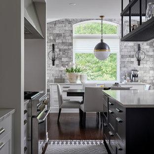 Exempel på ett stort lantligt vit vitt kök med öppen planlösning, med en undermonterad diskho, luckor med infälld panel, vita skåp, bänkskiva i kvarts, vitt stänkskydd, stänkskydd i sten, rostfria vitvaror, mörkt trägolv, flera köksöar och brunt golv