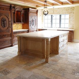 Diseño de cocina comedor mediterránea, de tamaño medio, con encimera de piedra caliza, salpicadero amarillo, salpicadero de piedra caliza y suelo de piedra caliza