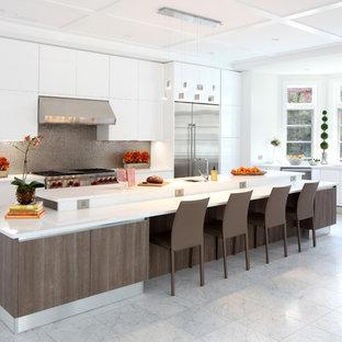 Idee per un'ampia cucina minimalista con lavello sottopiano, ante lisce, ante bianche, top in granito, paraspruzzi a effetto metallico, paraspruzzi con piastrelle di metallo, elettrodomestici in acciaio inossidabile, pavimento in marmo, isola e pavimento bianco