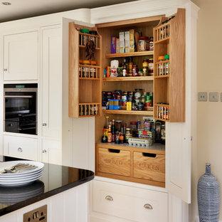 Diseño de cocina moderna con despensa