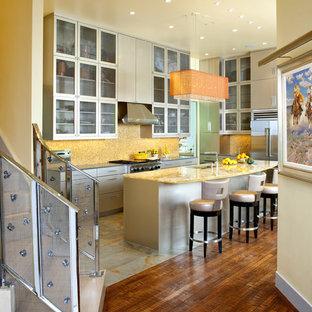 Inspiration pour une grand cuisine américaine parallèle design avec un placard à porte plane, un électroménager en acier inoxydable, un évier 2 bacs, des portes de placard grises, un plan de travail en surface solide, une crédence jaune, une crédence en mosaïque, un sol en ardoise, un îlot central et un plan de travail jaune.