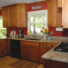 Traditional Kitchen by Creekside Cabinets Inc.