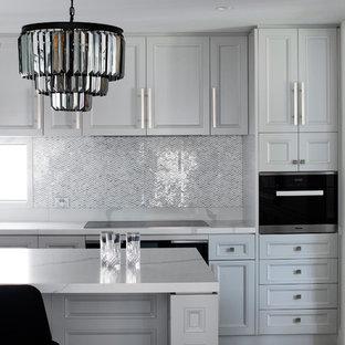 Idéer för ett stort klassiskt gul kök, med en undermonterad diskho, luckor med upphöjd panel, grå skåp, bänkskiva i kvarts, grått stänkskydd, stänkskydd i porslinskakel, svarta vitvaror, marmorgolv, en köksö och grått golv