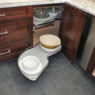 Inspiration för ett mellanstort funkis kök, med en dubbel diskho, skåp i shakerstil, skåp i mörkt trä, granitbänkskiva, vitt stänkskydd, stänkskydd i tunnelbanekakel, rostfria vitvaror och skiffergolv
