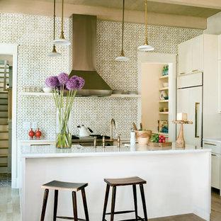 Idéer för ett exotiskt kök, med integrerade vitvaror, släta luckor, vita skåp och flerfärgad stänkskydd
