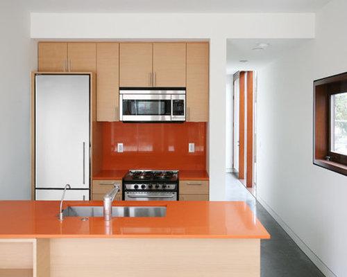 Cuisine avec une cr dence orange et des portes de placard - Customiser une porte de placard ...