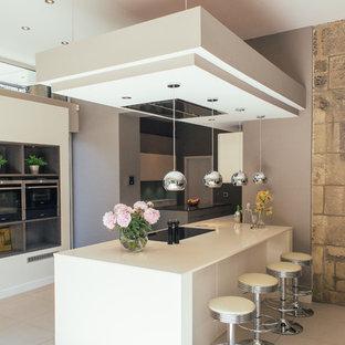 Idéer för funkis kök, med öppna hyllor och bänkskiva i koppar