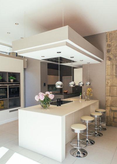 Stort og stilet køkken giver masser af plads til familieliv