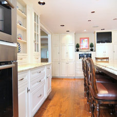 Traditional Kitchen by Signature Design & Cabinetry LLC