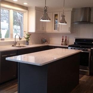 他の地域のシャビーシック調のおしゃれなキッチン (アンダーカウンターシンク、シェーカースタイル扉のキャビネット、白いキャビネット、クオーツストーンカウンター、白いキッチンパネル、シルバーの調理設備、クッションフロア、茶色い床、白いキッチンカウンター) の写真