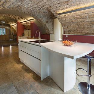 Moderne Küche mit weißen Schränken, Kücheninsel und flächenbündigen Schrankfronten in Edinburgh