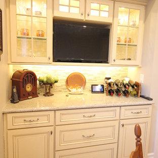 Mittelgroße Klassische Wohnküche in U-Form mit Unterbauwaschbecken, profilierten Schrankfronten, weißen Schränken, Küchenrückwand in Grau, Rückwand aus Mosaikfliesen, Küchengeräten aus Edelstahl, braunem Holzboden und Halbinsel in Detroit